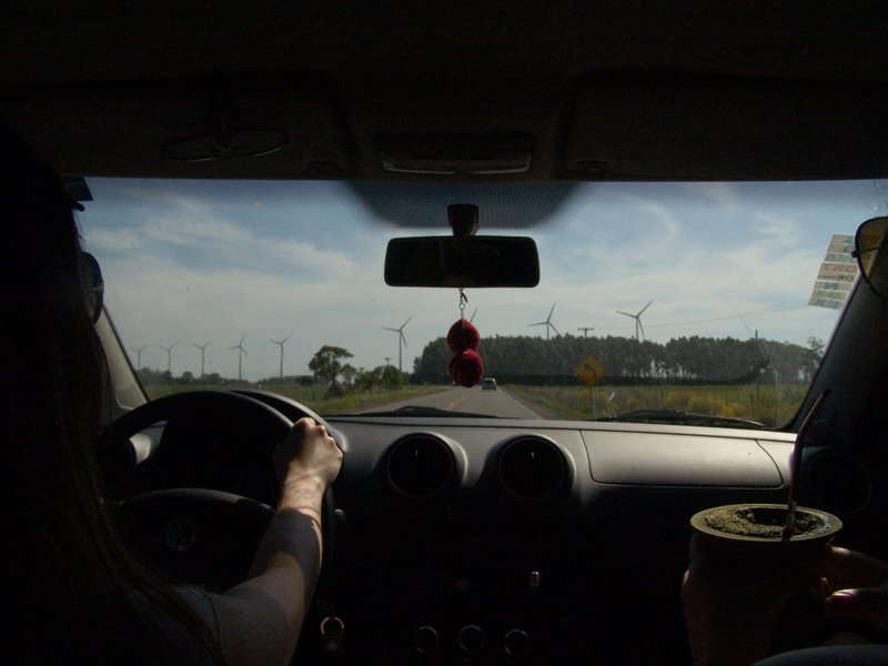 Passando pela estação eólica de Osório, cartão postal do RS, com o inseparável chimarrão, símbolo da tradição gaúcha, companheiro de viagens.