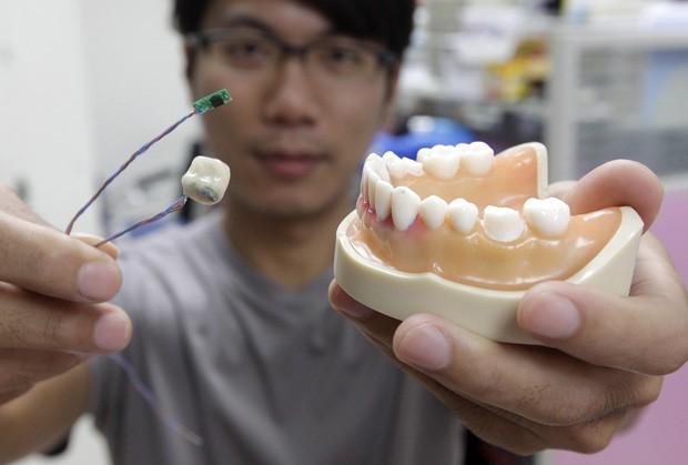 Protótipo mede apenas 1 cm e é capaz de detectar hábitos alimentares de usuário. (Foto: Reuters/Pichi Chuang)