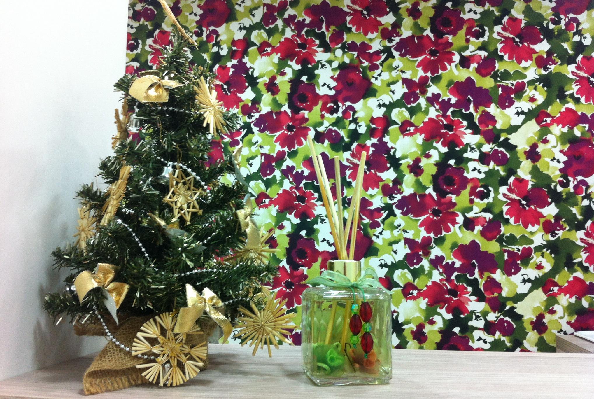 O meu frasco de Luna combina com a parede  de flores e o pinheirinho da recepção