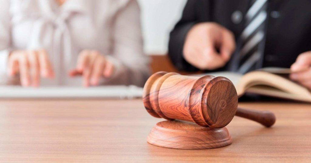 Martelo de juiz sobre uma mesa.